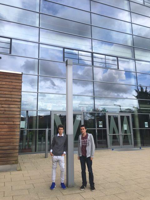 Julien et Niklas devant le Gymnasium